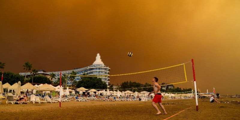 Возле турецких курортов бушуют лесные пожары, в результате которых погибли трое человек